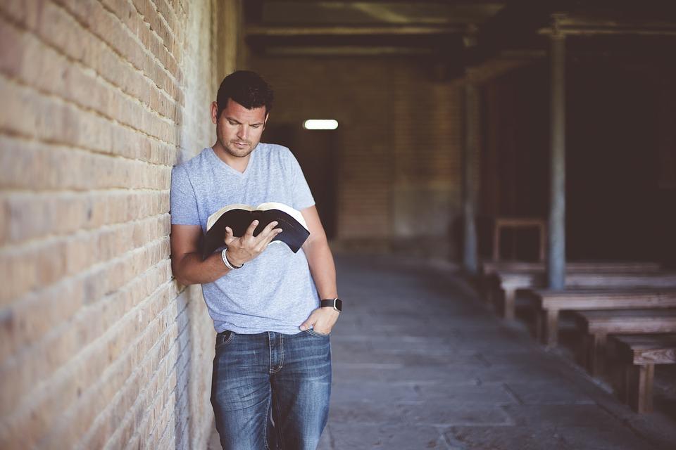 Mand hænger ud med en bog