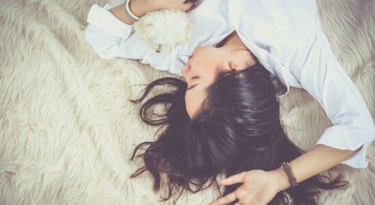 Ung kvinde, der sover