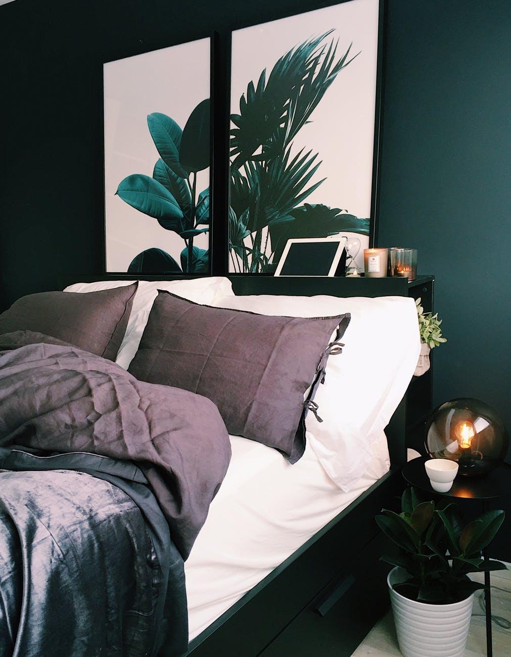 Sort seng med opbevaringsskuffer