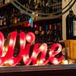 Skilt foran en bar, hvorpå der står 'wine'