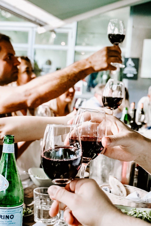 Personer der skåler i vin