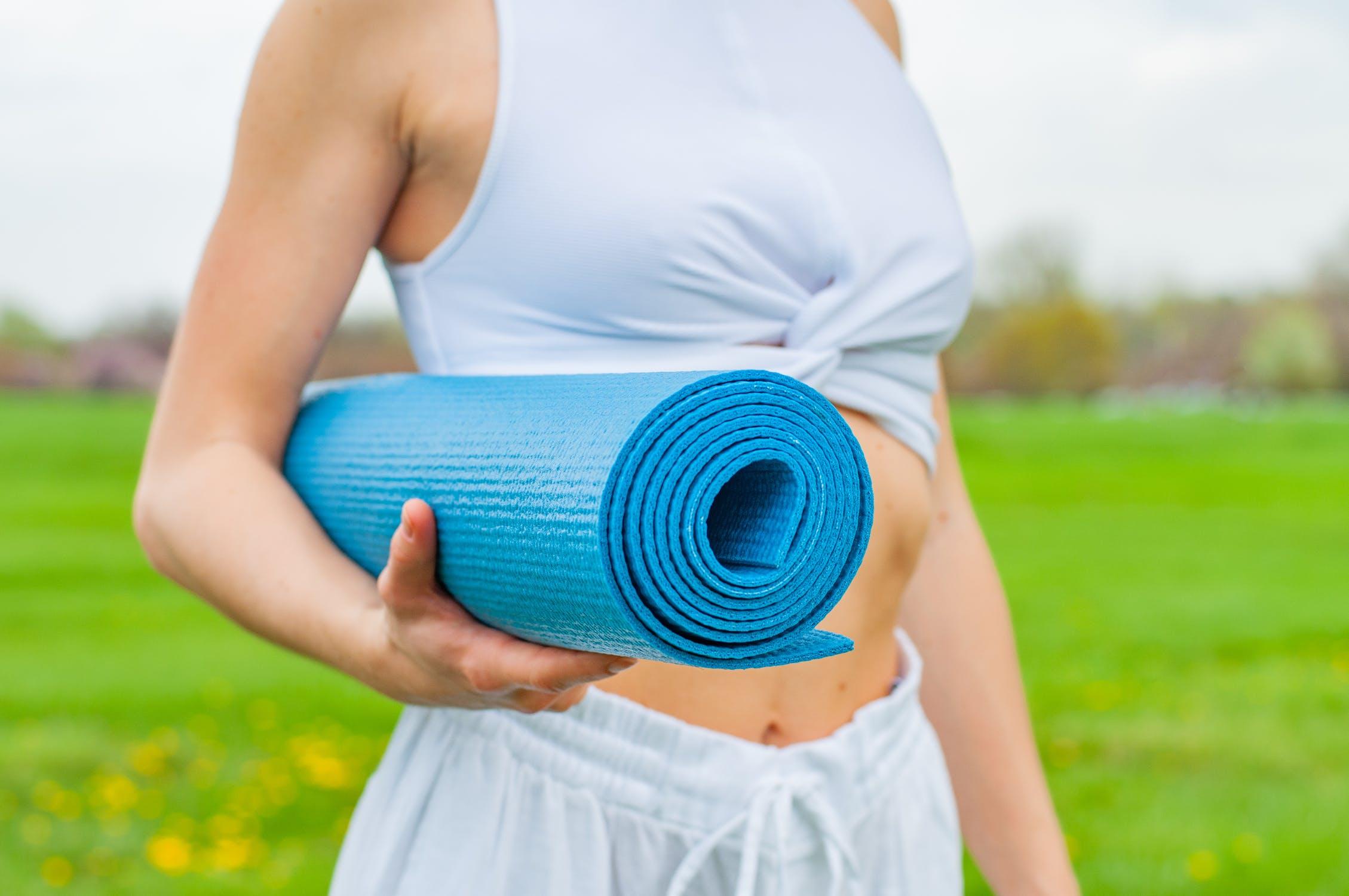 Kvinde med yogamåtte
