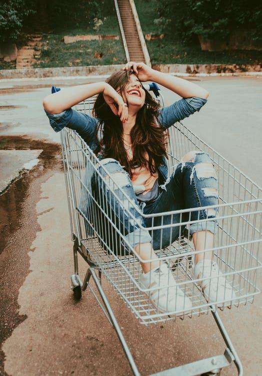 Kvinde i indkøbsvogn