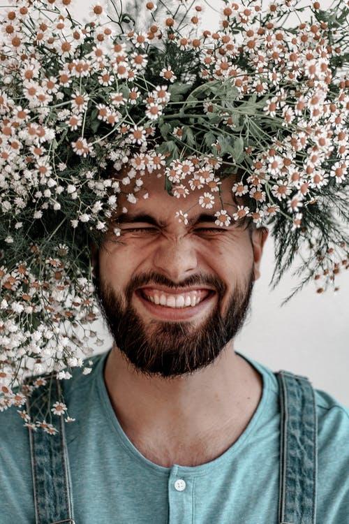 Mand med blomster på hovedet