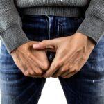 mand holder sig for sine testikler